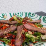 Thai-Style Beef Salad mit kräutern und gemüsestücken