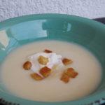 Cremesuppe aus weißem Spargel mit Schlagobers/Sahne und Croutons