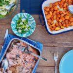 Pulled Lachs mit Süßkartoffel am Tisch