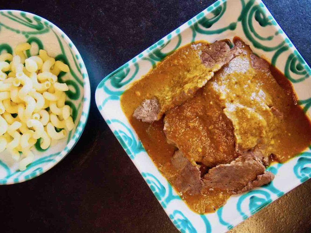 Rindschnitzel mit Wurzelrahmsauce und Nudeln