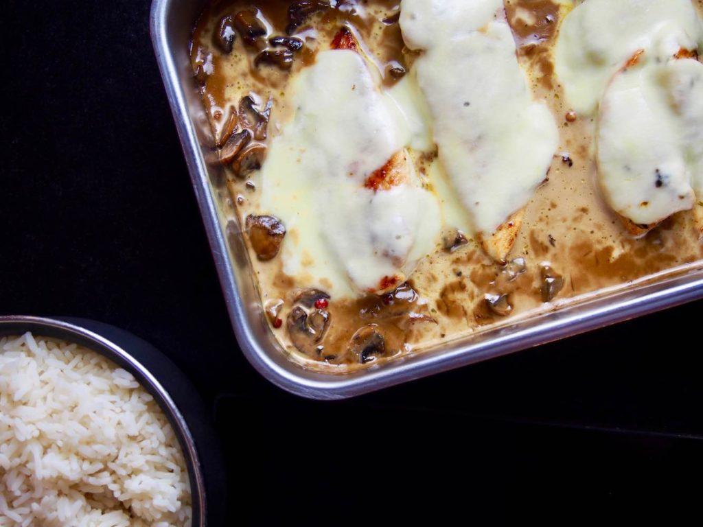 Hühnerbrust mit Mozzarella überbacken und Champignonsauce