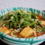 Asiatische Gemüsesuppe mit Nudeln und Toful