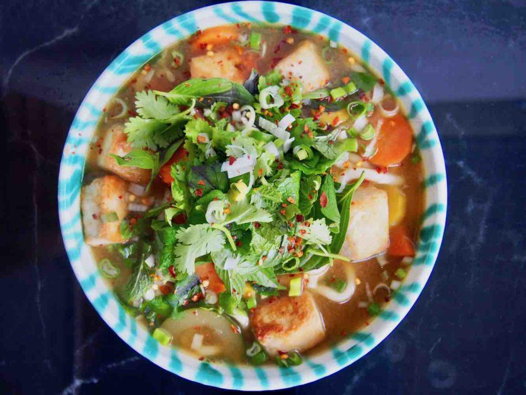 Asiatische Gemüsesuppe mit Tofu und Nudeln