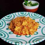 Reisfleisch mit Huhn und Salat