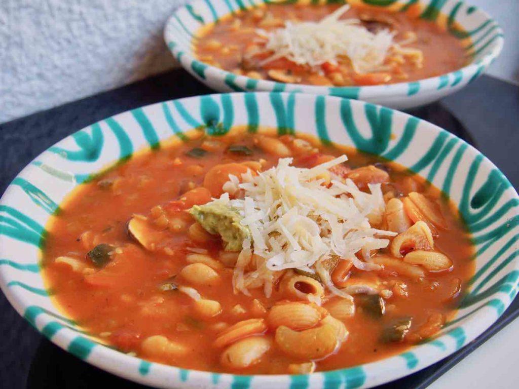 Minestrone mit Parmesan und Pesto