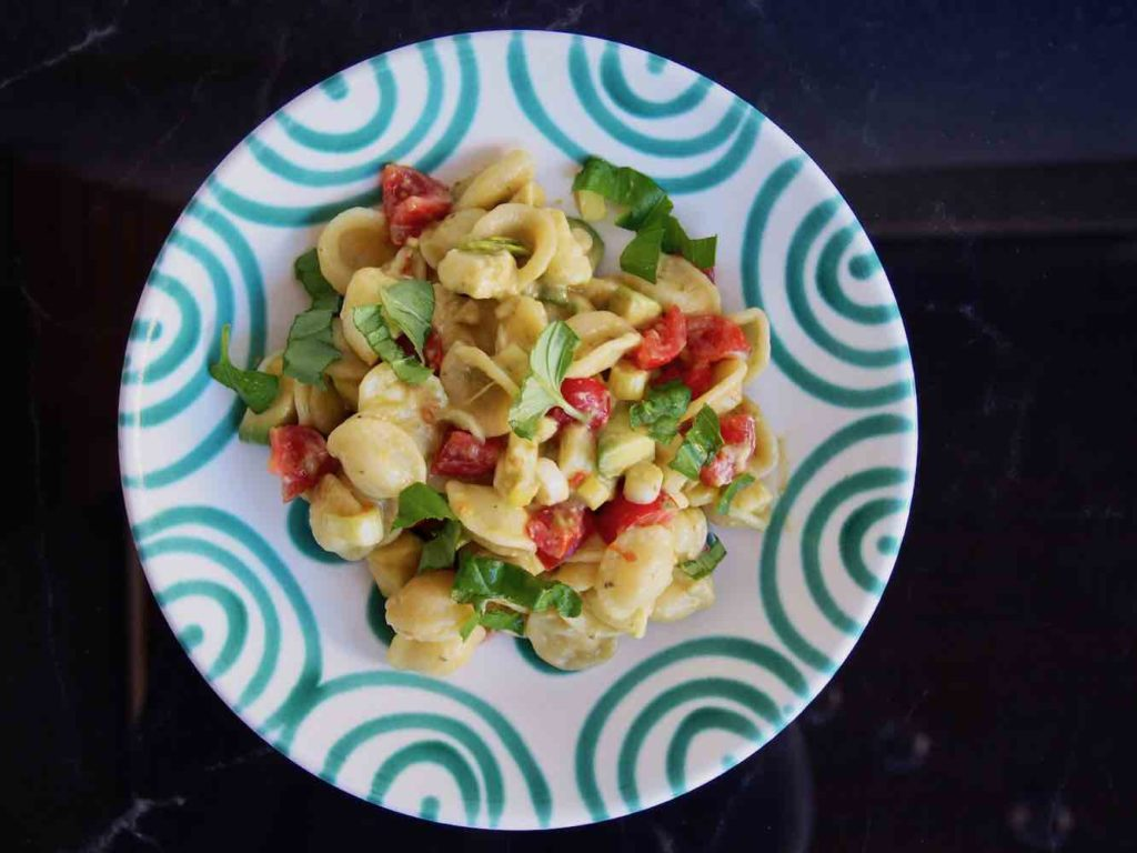 Nudelsalat mit Mozzarella und Tomaten