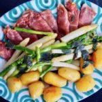 Spargel mit Salbei-Butter und Prosciutto-Mozzarella-Päckchen