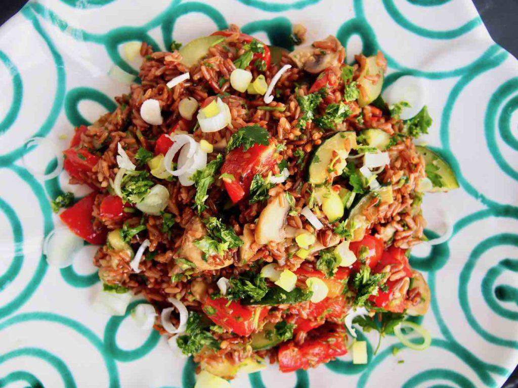 Reissalat mit Gemüse und Kräutern