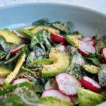 Spinatsalat mit Avocado, Radieschen und Miso-Dressing