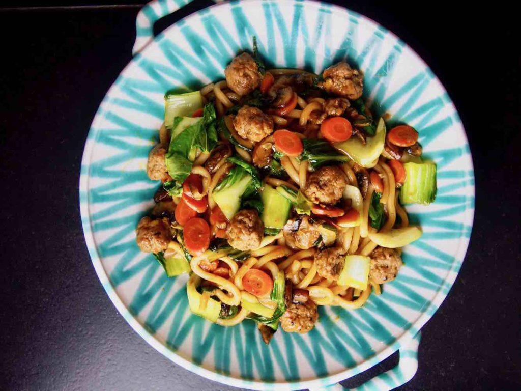 Udon-Nudeln mit Fleischbällchen und Gemüse