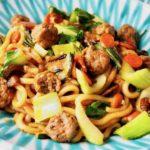 Udon-Nudeln mit Gemüse und Fleischbällchen